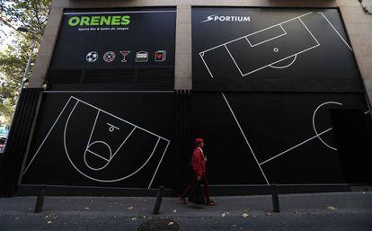 Una mujer pasa por delante de un salón de juego de la empresa Sportium, en el distrito de Tetuán de Madrid.