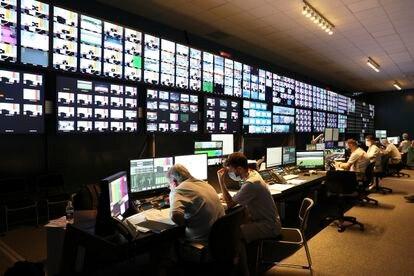 La sala de control principal de distribución dentro de las instalaciones de OBS en Tokio 2020.