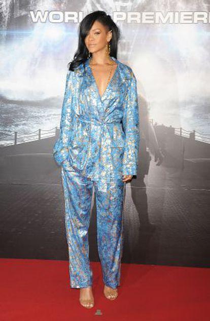 La cantante Rihanna con un traje pijama de Pucci.
