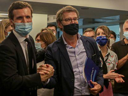 El presidente nacional del Partido Popular, Pablo Casado (1i) y el presidente de la Xunta de Galicia, Alberto Núñez Feijóo (2i) se saludan durante la reunión del Comité Ejecutivo Nacional del Partido Popular en la sede nacional del partido, en Madrid (España).
