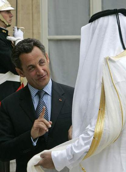Nikolas Sarkozy y el emir de Qatar, Sheikh Hamad bin Khalifa al Thani, en El Elíseo.
