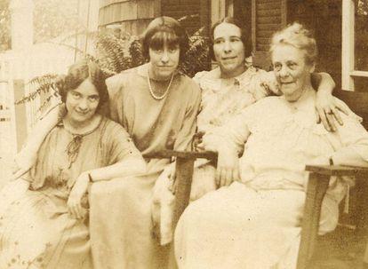 Isabel Oyarzábal (segunda por la derecha) junto a otras mujeres de su familia.