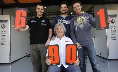 Fonsi Nieto, Gelete Nieto y Pablo Nieto (izda. a dcha.), posan con Ángel Nieto en el circuito de Cheste de Valencia, el 12 de febrero de 2011.