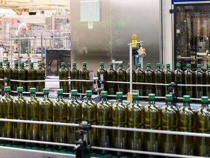 Planta de envasado de aceite de oliva de Deoleo en Córdoba.
