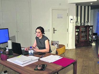 Isabel Díaz Ayuso, en el apartamento en el que pasa la cuarentena. Marzo 2020. Foto: COMUNIDAD DE MADRID