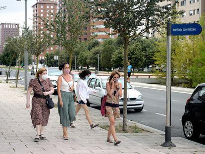 Tres mujeres pasean por la Avenida de Juan Carlos I en Vitoria.