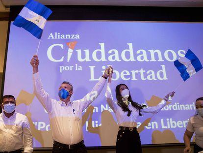 La Miss Nicaragua, Berenice Quezada, (c-d), y el exjefe de Contra, Oscar Sobalvarro, tras ser proclamados como fórmula presidencial por la agrupación opositora Ciudadanos por la Libertad, este miércoles en Managua.