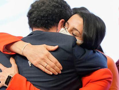 Edmundo Bal se abraza a la presidenta de Ciudadanos, Inés Arrimadas, tras conocer los resultados de las elecciones en Madrid.