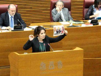 La diputada Esther López muestra en Las Cortes fotos de Ortiz y Castedo