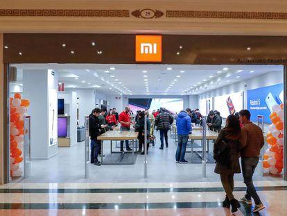 Una pareja entra en una tienda de Xiaomi en Barcelona.
