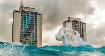 Las torres gemelas del Hotel Neptuno-Tritón, construidas en los años setenta al oeste de La Haban, dominan la costa.