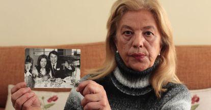 Isabel González muestra una foto de ella con su marido la víspera del asesinato.