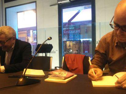 Adolf Beltrán y Francisco Castro firman ejemplares de sus respectivas novelas en el Centre Octubre.
