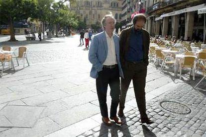 Ian McEwan y Juan Villoro caminan ayer por Segovia.