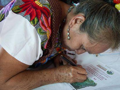 Una mujer participa en la consulta sobre el Tren Maya.