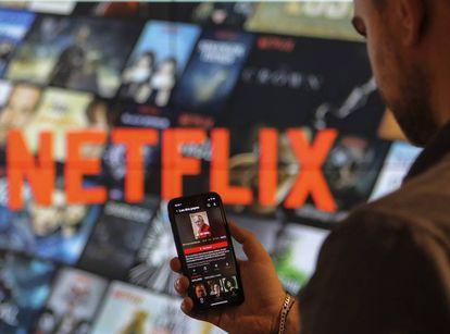 Un usuario de Netflix, ayer, con un teléfono móvil.