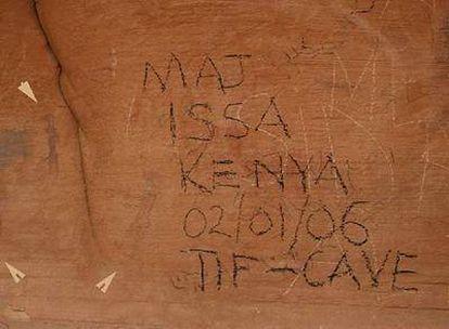 Joaquim Soler, arqueólogo, en el Sáhara. A la derecha, una de las zonas con <i>graffitis </i>sobre pinturas de 4.000 años de antigüedad.