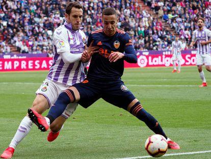 Rodrigo protege el balón ante Kiko Olivas.