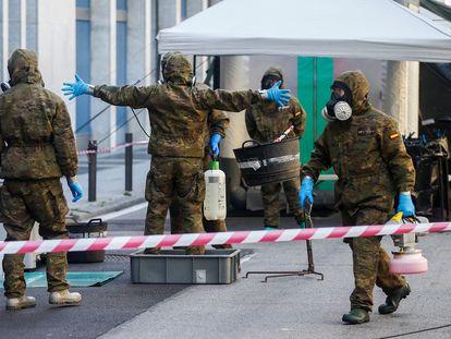 Miembros del Ejército de Tierra realizan labores de desinfección en una residencia de Barcelona, el pasado 20 de julio.
