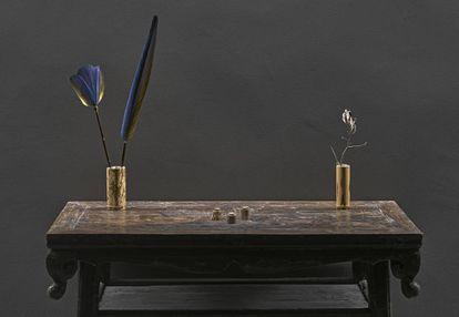 Los elementos para la ceremonia del incienso con resinas, plumas de guacamayo y piezas de oro.