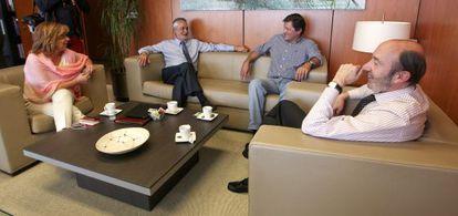 Elena Valenciano, José Antonio Griñán, Javier Fernández y Pérez Rubalcaba, en la sede del PSOE.