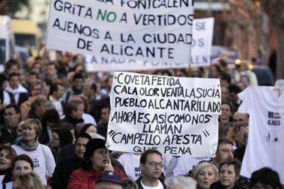 Varios centenares de personas se manifestaron ayer en El Campello (Alicante) contra el traslado de basuras desde Valencia y Castellón.