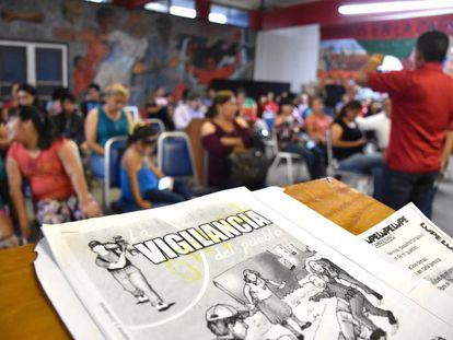Un taller en el que se enseña a la comunidad latina a realizar grabaciones.