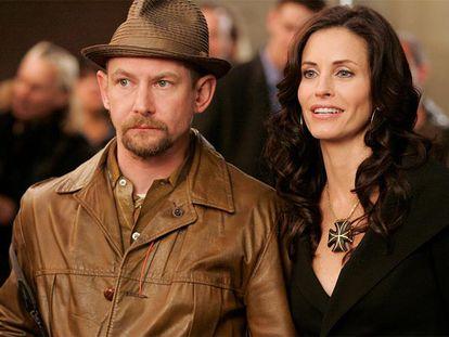 Ian Hart y Courtney Cox, protagonistas de <i>Dirt.</i>