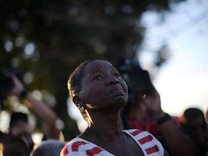 Una mujer tras ver pasar los restos de Castro hacia el cementerio.