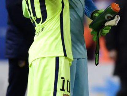 Messi saluda a Ter Stegen.