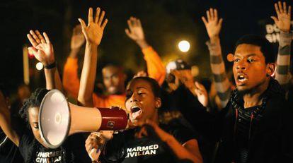 Vecinos de San Luis se manifiestan tras la muerte a tiros de un vecino negro por un policía blanco.