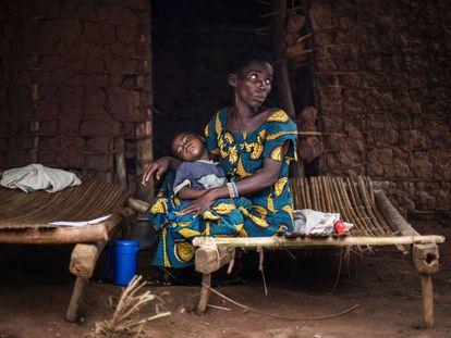Una madre y su hijo enfermo de malaria, en Muma (República Democrática del Congo).