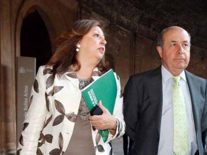 María del Mar Villafranca, directora del Patronato de la Alhambra y el Generalife junto a José Torres Hurtado, alcalde de Granada, en la Alhambra.