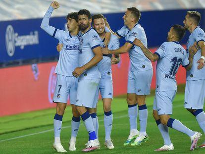 Los jugadores del Atlético felicitan a João Félix tras marcar su segundo gol a Osasuna en El Sadar.