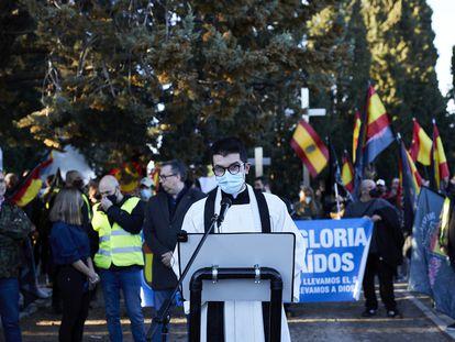Un sacerdote habla durante el homenaje neonazi a la División Azul el pasado sábado en el cementerio de La Almudena.