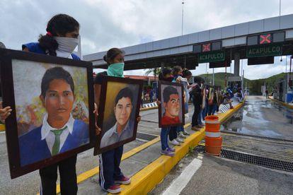 Familiares de los 43 protestan en un peaje de Guerrero.