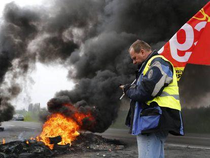 Sindicalistas franceses queman neumáticos durante una protesta contra la reforma laboral.