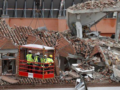 Expertos comprueban los daños ocasionados tras la explosión registrada ayer en el número 98 de la calle Toledo, en el distrito de la Latina en Madrid.