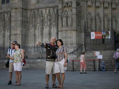 En la imagen unos turistas frente a la Catedral de Barcelona.