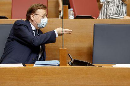 El president Ximo Puig, al inicio de la sesión de control, este miércoles en la Cortes Valencianas.