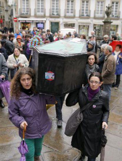 Mujeres transportan un ataúd de cartón en una manifestación en Santiago de Compostela el pasado noviembre.