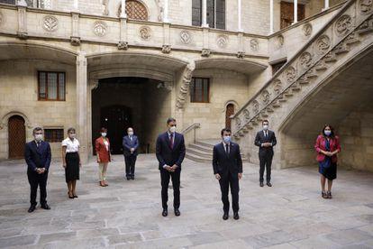 Pedro Sánchez y Pere Aragonès con el resto de representantes de la mesa de diálogo el pasado miércoles.