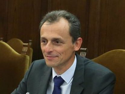 El ministro Pedro Duque apoya a los rectores en una reunión para impulsar una nueva ley de educación superior. Una de las mesas de trabajo abordará los controles a los títulos