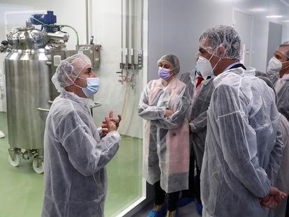 El presidente del Gobierno, Pedro Sánchez, visita la planta de Hipra en Amer (Girona).