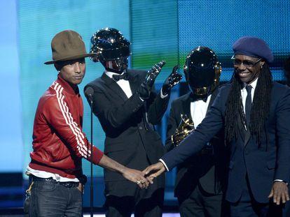 Pharrell Williams, Daft Punk (Thomas Bangalter y Guy-Manuel de Homem-Christo) y Nile Rodgers recogiendo el premio Grammy por 'Get Lucky'  en 2014, en el Staples Center de Los Ángeles.