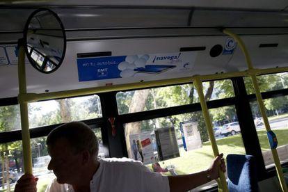 Un hombre, en un autobús con red wifi de Gowex.