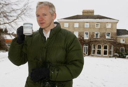 Julian Assange, fundador de wikileaks, comparece ante la prensa en la casa de Suffolk.