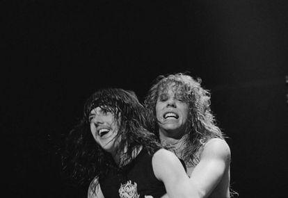 Lars Ulrich y James Hetfield, integrantes de Metallica, en 1984, dos años después de que llegaran a las manos en uno de sus primeros conciertos.