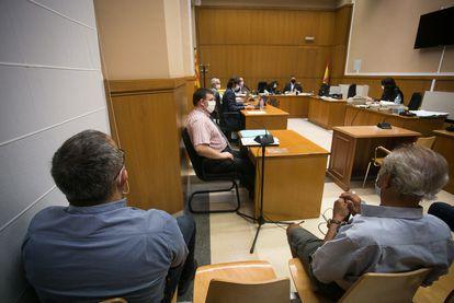 El concejal Juan Carlos Ramos y el patriarca 'Tío Cristina', en el juicio por la vigilancia de pisos de protección oficial.