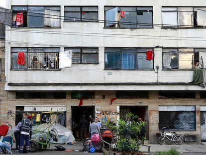 Los 'trapos rojos del hambre' que se usan como protesta en Colombia, fotografiados en Bogotá en abril de 2020.